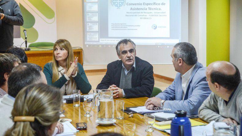 El rector Gustavo Crisafulli encabezó la comitiva de la UNCo que estuvo en el Deliberante. La auditoría reveló que accionistas se llevaron dinero sin dar ningún tipo de detalle del destino de los fondos en los libros contables.