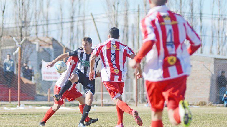 Zbrun con la camiseta de Cipolletti jugó los dos partidos contra Independiente en el torneo Federal 2015.