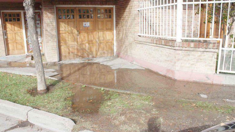 Una vecina dijo que la afluencia de agua en las veredas no tiene control.