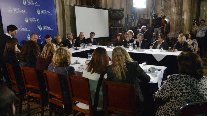 Representantes de ADIRA y de AFERA durante una reunión con senadores.