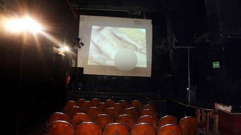Imágenes de la sala de películas XXX difundidas por el gobierno porteño. Encontraron hasta profilácticos usados tirados en el piso.