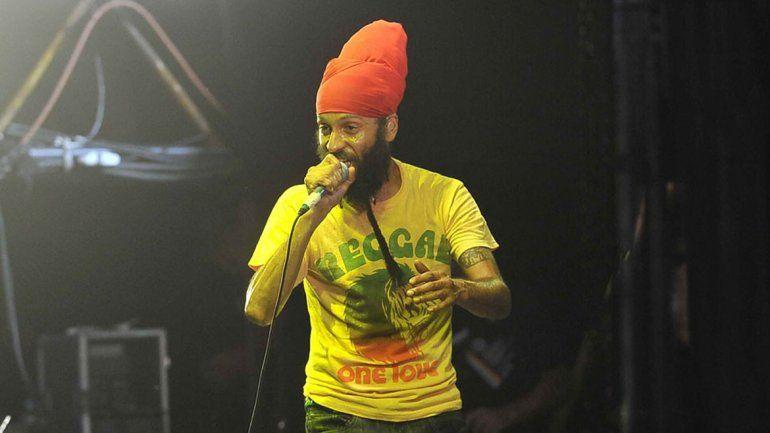 Fidel lleva todo su reggae al Gimnasio Municipal de Plottier.