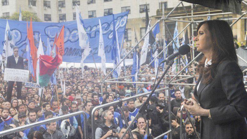 Cristina en un acto frente la sede de los tribunales