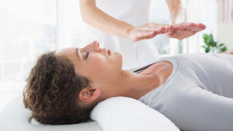 El reiki (imposición de manos) empezó a estar de moda como una alternativa para sanar la mente y el cuerpo.