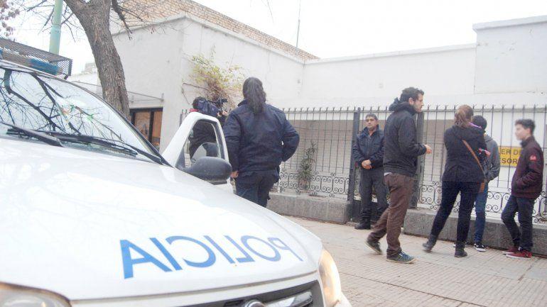 La Policía llegó a la casa después de que los vecinos auxiliaran al hombre.