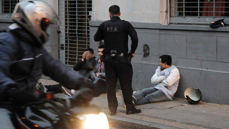 Los detenidos por protagonizar el tiroteo en un boliche porteño.
