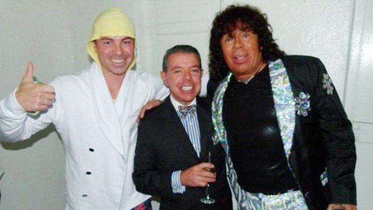 El ex juez Norberto Oyarbide (centro) junto a Carlos la Mona Jiménez.
