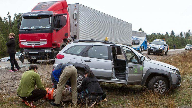 Un taxista resultó herido tras un violento choque con un camión sobre la Ruta 40