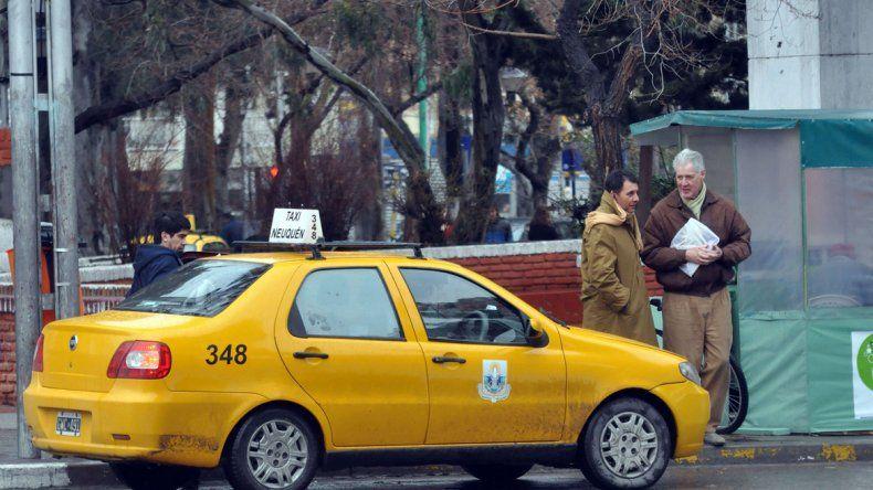 Los avisos se colocarían en las cuatro puertas y en el baúl del taxi.