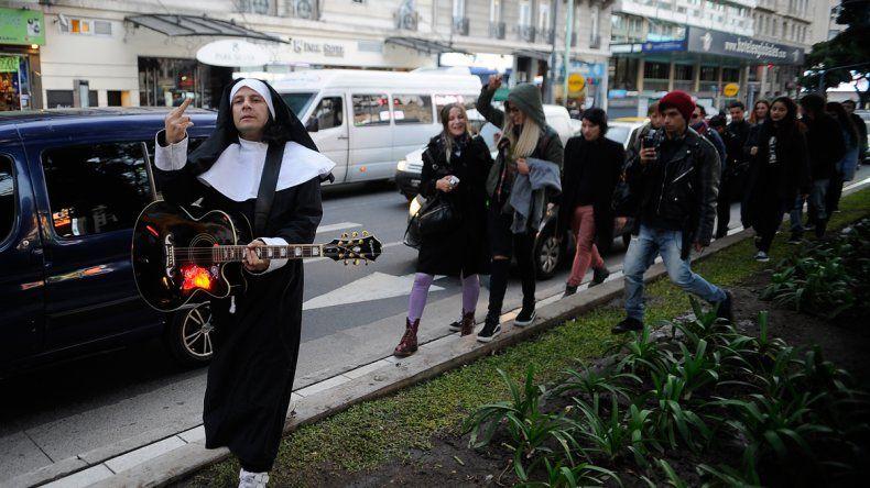 Aldana apareció vestido de monja y con una guitarra.