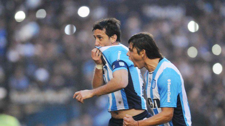 Diego Milito festeja su último gol en Racing.