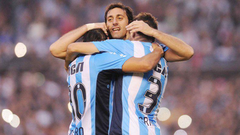 Los jugadores abrazan al ídolo.
