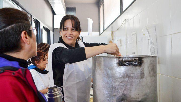 Mercedes Lamarca mostró sus dotes de cocinera con un guiso de lentejas.