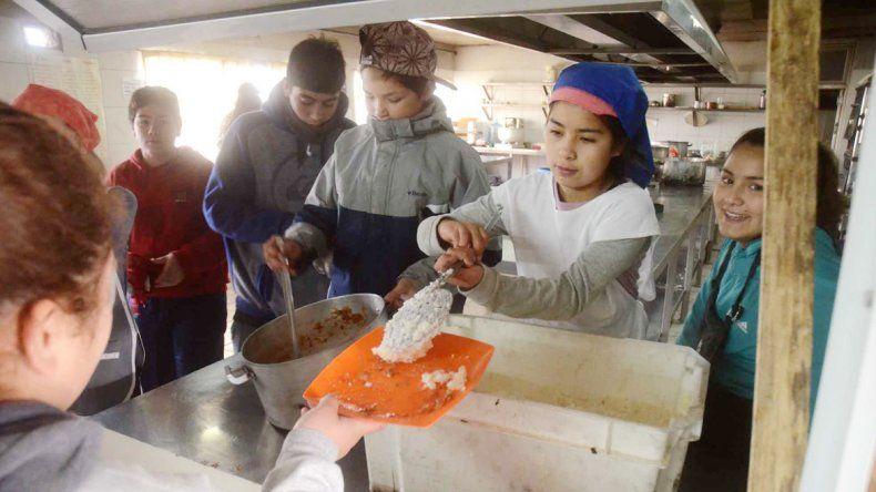 Unos 280 adolescentes están cursando el nivel medio en el colegio del oeste capitalino. Allí almuerzan y tienen talleres de formación laboral.