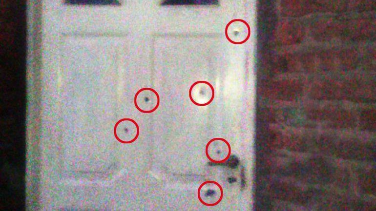La puerta de la casa de Gervasoni casi Racedo tras los balazos.