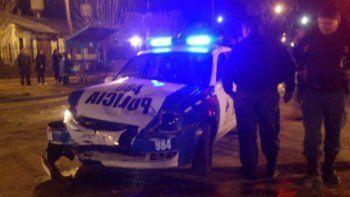 patrullero choco a una camioneta: testigos aseguran que los policias cruzaron en rojo