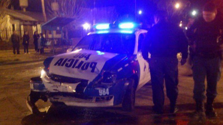 Un móvil policial pasó en semáforo en rojo y chocó contra una camioneta