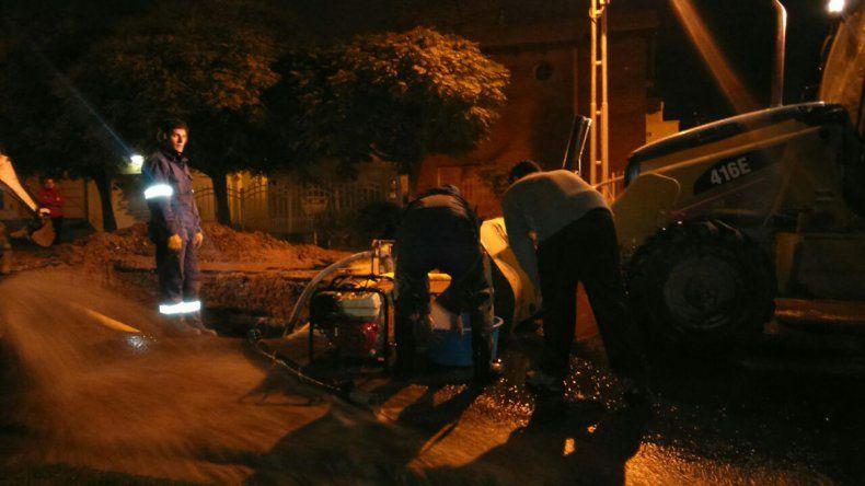 Siguen trabajando en la rotura del acueducto que afecta a la zona este de la ciudad
