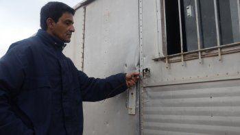 Alejandro Benítez mostrando el tráiler y la ventana violentados. Abajo, un vecino baleado en uno de los robos.