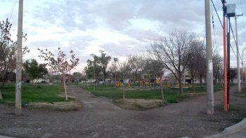 La madre le pegaba al pequeño en la plaza del barrio Luis Piedrabuena.