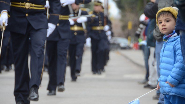 Sorprendido. El nene quedó maravillado por el desfile.