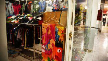 aprovecharon el feriado y saquearon siete negocios en dos galerias del bajo neuquino