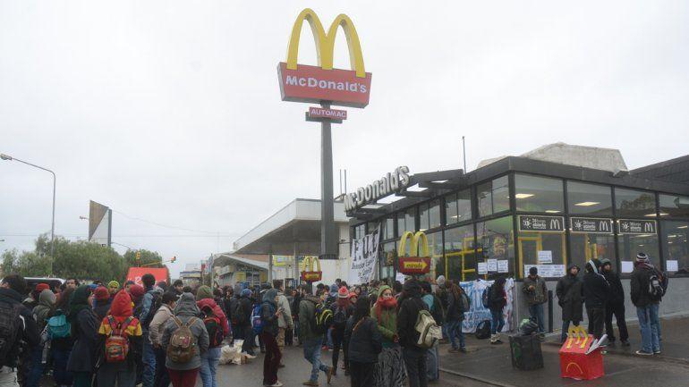 Universitarios protestaron por el primer empleo de Macri frente a McDonald