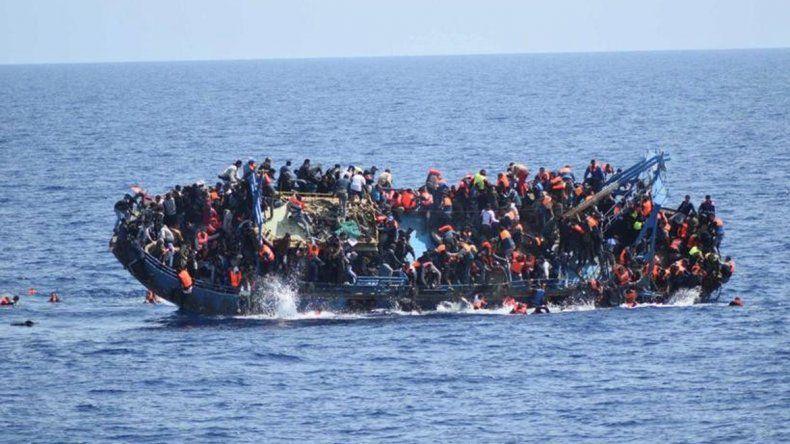 La beba fue entregada a otras mujeres con las que hacía la travesíapor el mar.