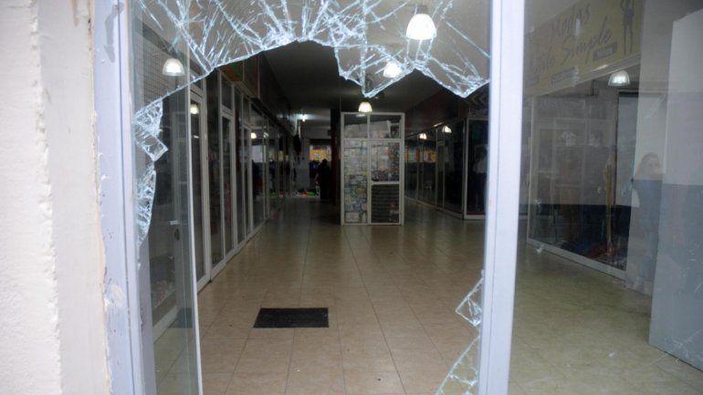 Siete locales fueron violentados y saqueados. La mercadería que no se llevaron la dejaron tirada.
