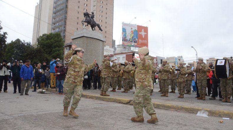 Militares bailaron danzas folclóricas.