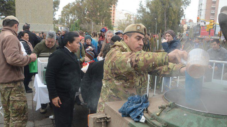 Militares repartieron chocolate caliente y tortafritas.