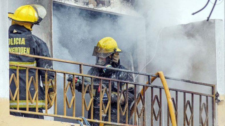 El fuego se inició en el primer piso del edificio ubicado en Alcorta y Nördenstrom.