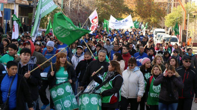 Estatales neuquinos se movilizaron por el centro contra los tarifazos