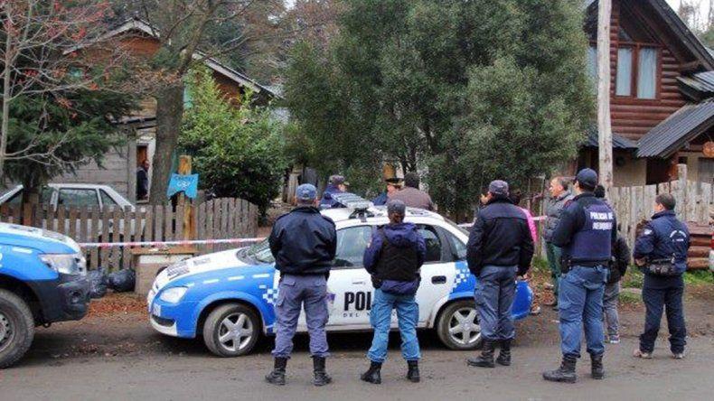 La Policía allanó la casa de la víctima en búsqueda de alguna pista del asesino.