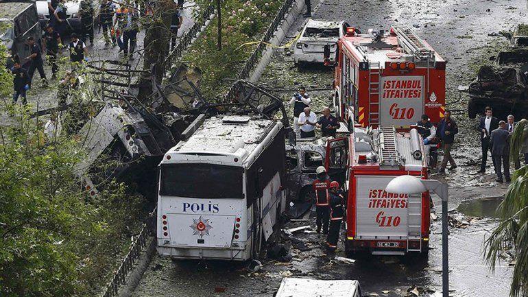 Al menos 11 muertos en Estambul en atentado contra un colectivo con policías