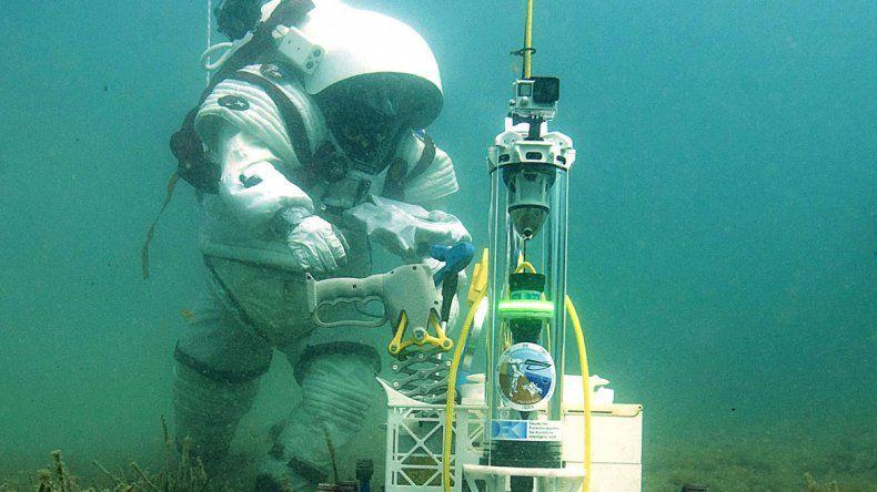 Un científico francés trabajando en el fondo del mar.