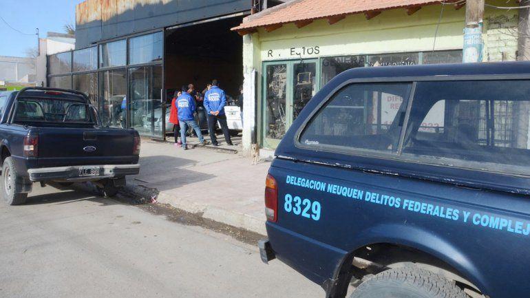 Algunas de las autopartes secuestradas del local ubicado en Luis Beltrán al 900