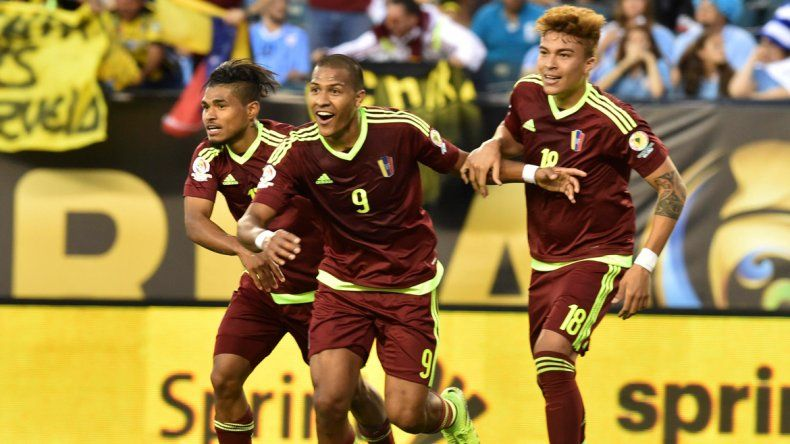 Salomón Rondón festeja el sorpresivo gol de la victoria.