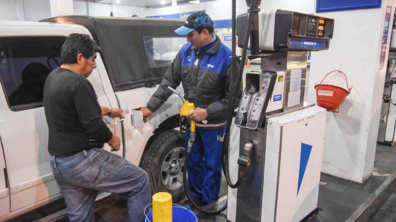 Las estaciones recibieron ayer a los camiones cargados con combustible.