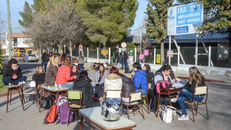 Alumnos del IFD Nº 6 cortan la calle Amancay en el barrio Santa Genoveva para pedir que echen a una profesora.