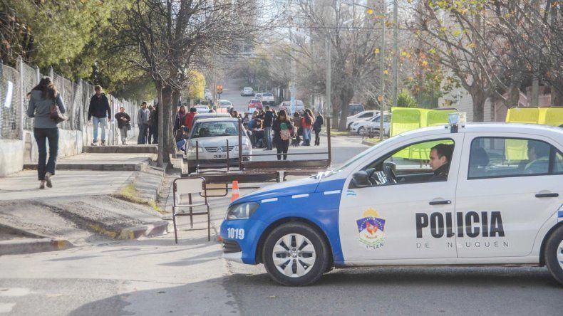 Los estudiantes realizaron ayer una manifestación para protestar por el accionar que tiene una profesora del establecimiento.