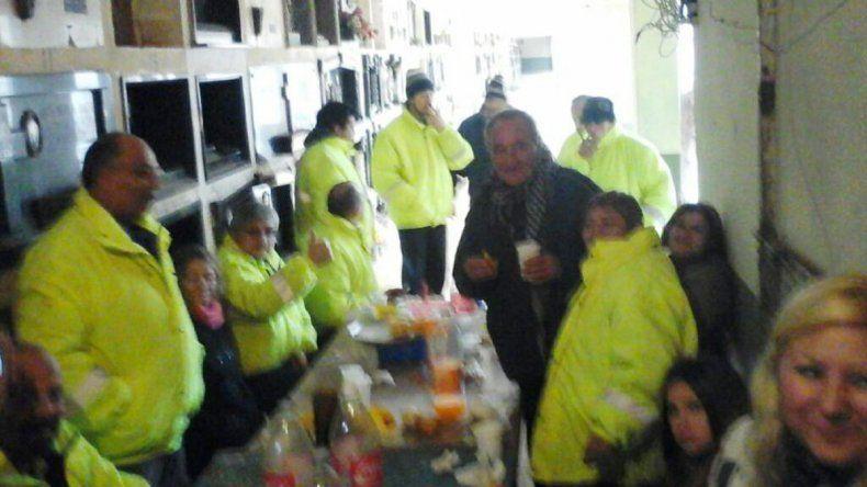 Municipales comían asados entre los nichos de un cementerio