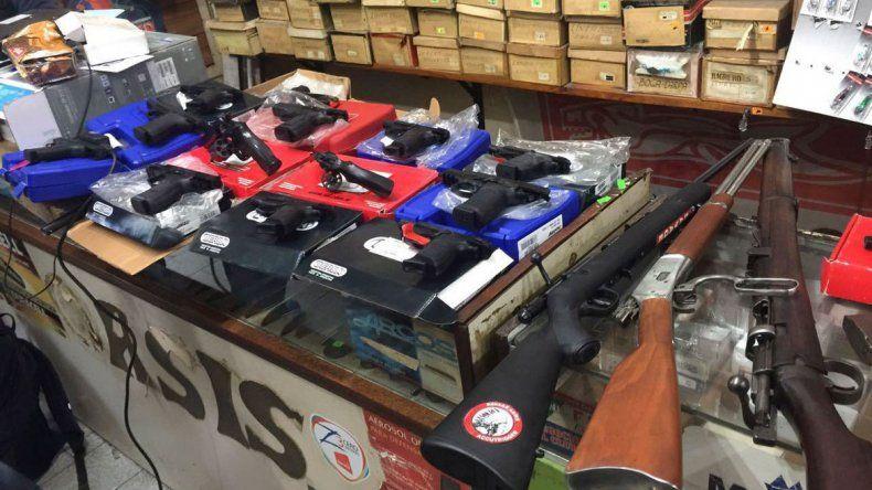Parte del arsenal secuestrado ayer en la armería que funcionaba en Morón.