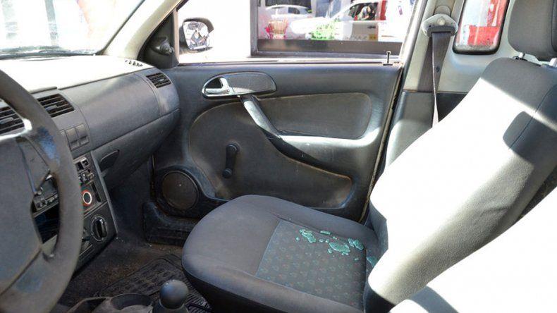 Las piedras arrojadas con una honda impactaron en el auto de los inspectores.
