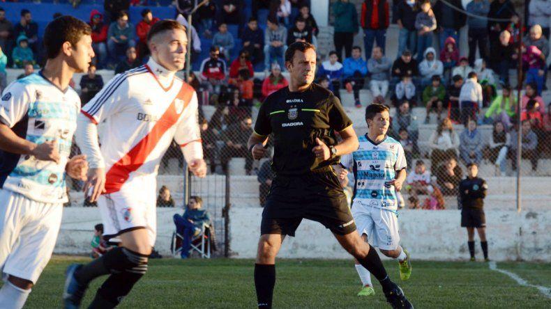 El neuquino dirigió por primera vez en la región. Se tomó el partido en serio e incluso expulsó a un jugador.