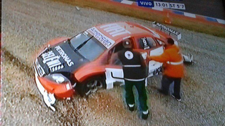 Manu iba segundo pero un choque con Chapur lo dejó fuera de carrera