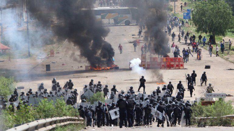 Violenta represión policial deja tres docentes muertos y más de 45 heridos