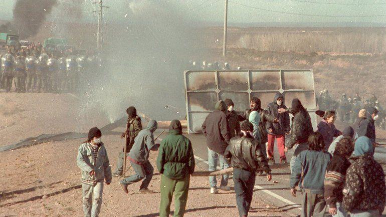 Escenas dramáticas que recorrieron todo el país. Miles de personas se movilizaron en la comarca petrolera.