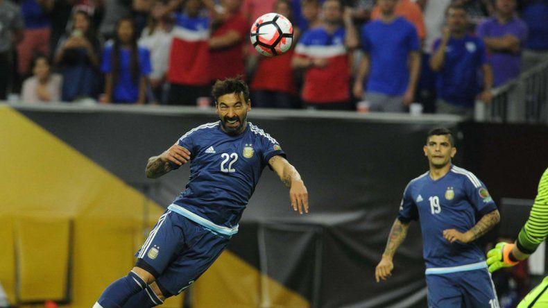 Lavezzi en vuelo triunfal tras la gran asistencia de Messi para abrir el marcador.