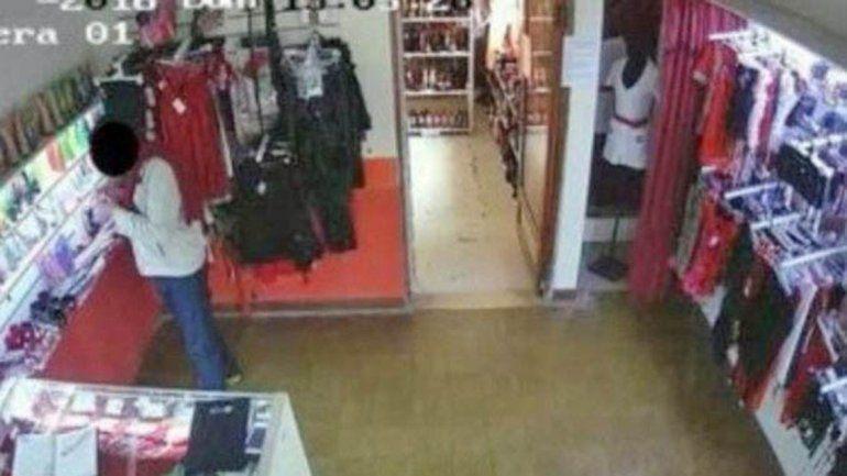 Captura de pantalla de la cámara de seguridad en momentos del robo.